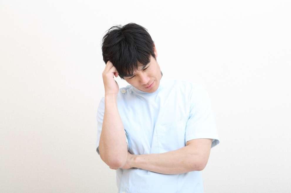 苦悩する男性看護師