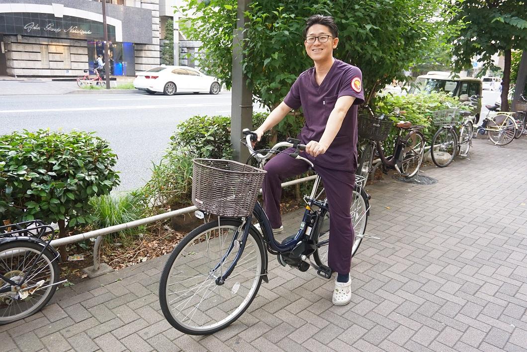 自転車に乗る訪問看護師